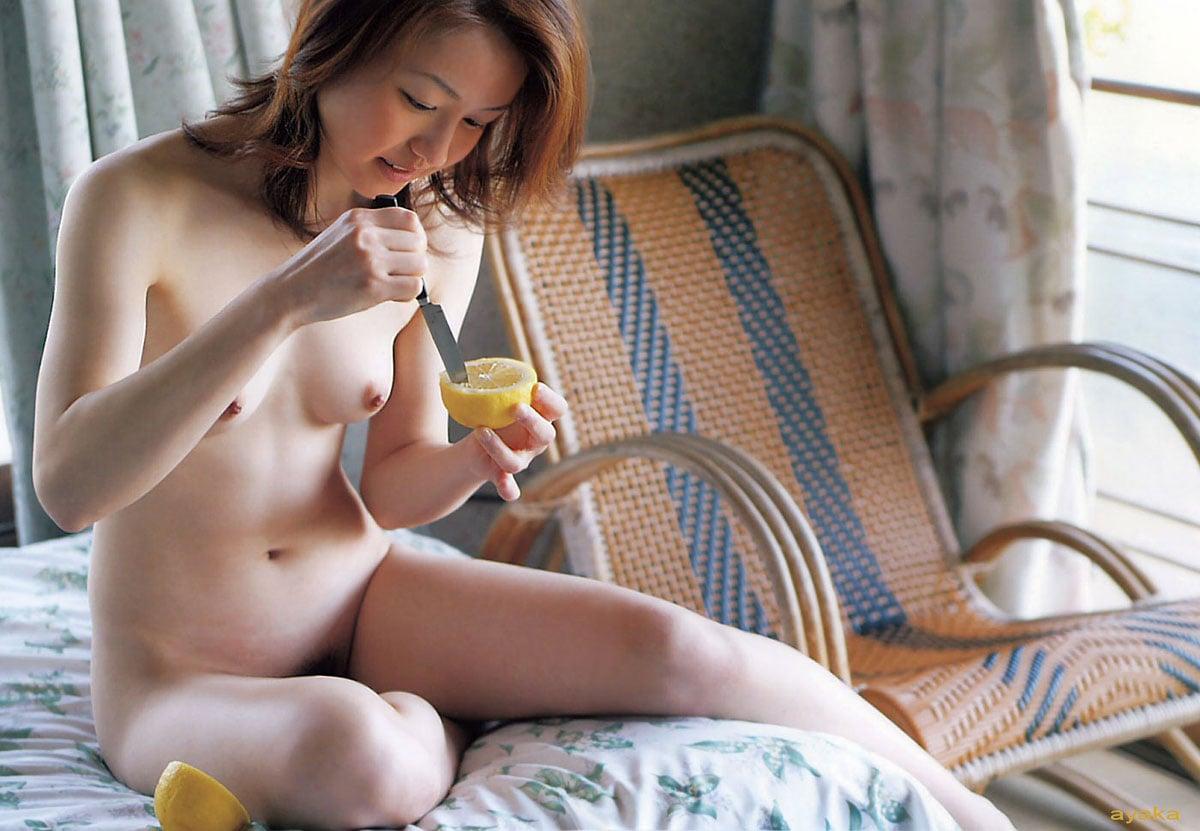 全裸でレモン美女