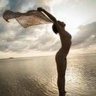 海と全裸女性の芸術写真を