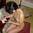 全裸でメモ女性