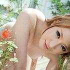 庭の緑と美女の裸