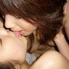 女性が裸でキスは遊び