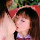 おっぱいを舐める女子高生